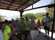 Lunch and live music on boat picnic tour